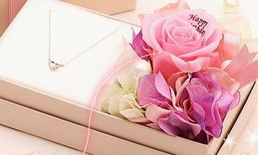 サプライズの誕生日プレゼント・花びらメッセージの付きジュエリー