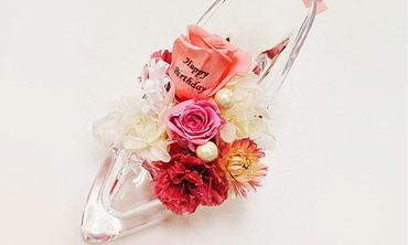 サプライズの誕生日プレゼント・ガラスの靴に花びらメッセージ