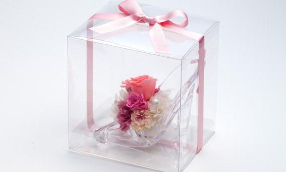 サプライズの誕生日プレゼント・ガラスの靴+花びらメッセージ